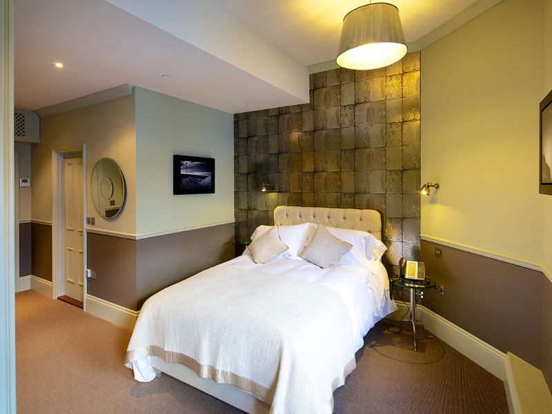 Banjo Jersey Percy Hotel Room